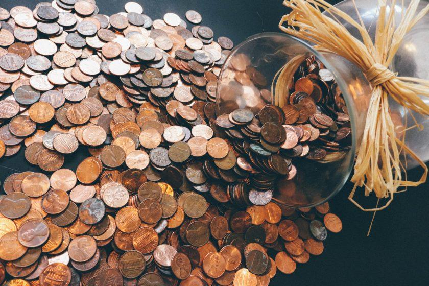 透明なビンとたくさんのコイン