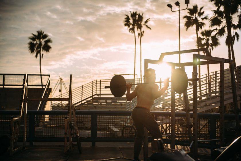 パーソナルトレーニングに励む女性