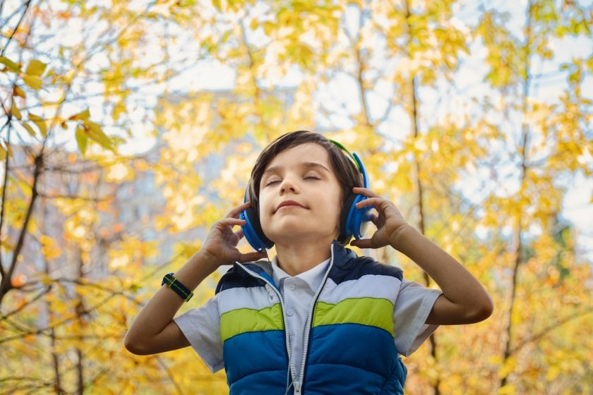 ヘッドセットで音楽を聴く子供