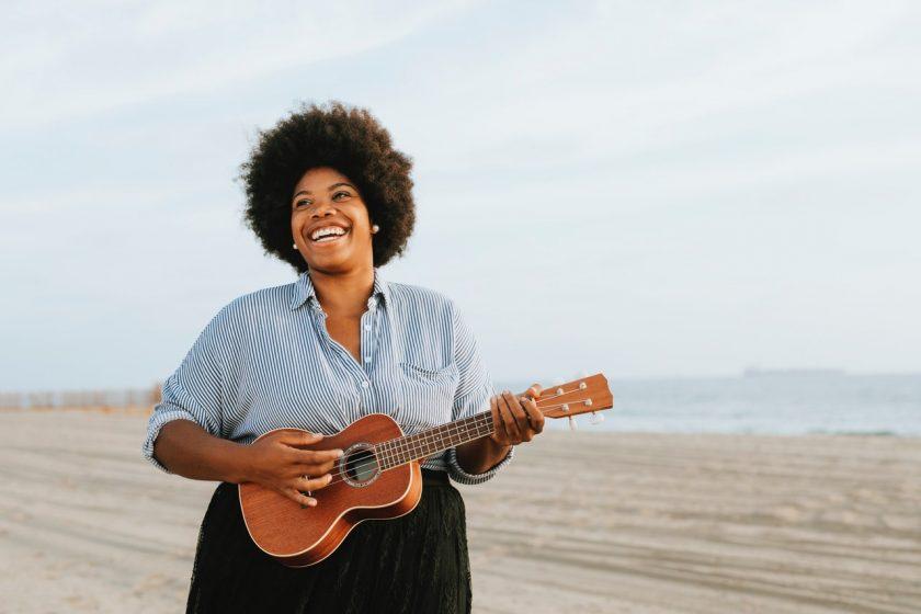ウクレレを弾く黒人女性
