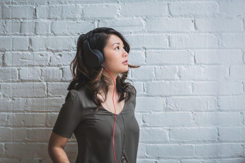 ヘッドホンを付けて音楽を聴く女性