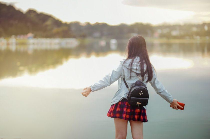 湖の前で写真を撮る女の子の後ろ姿