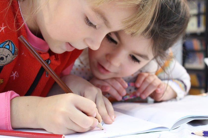 ノートで勉強している2人の子供