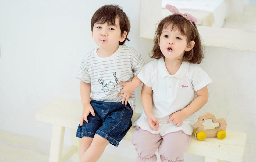 座っている小さな男の子と女の子