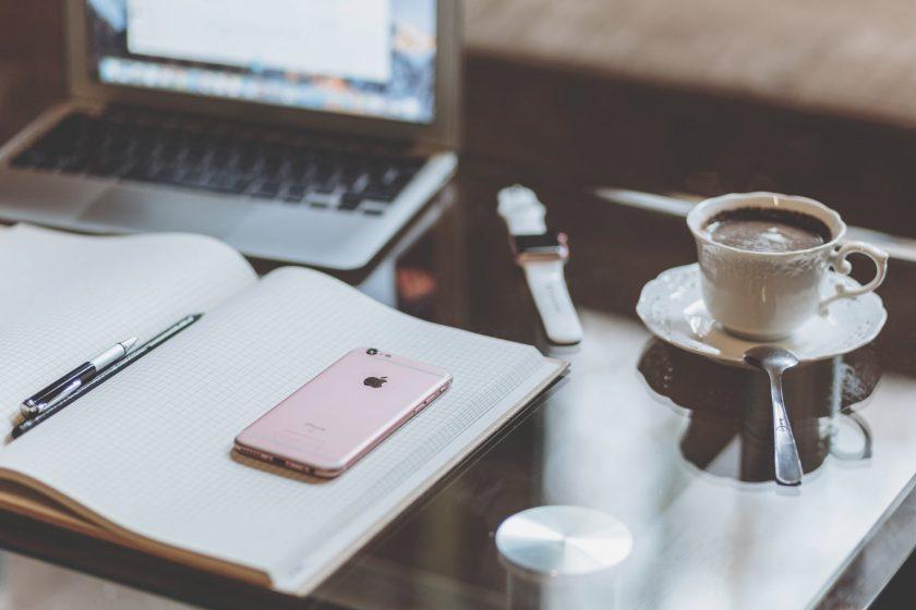 本とスマホと紅茶