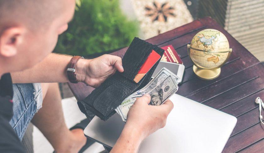 財布からお金を取り出す海外の男性