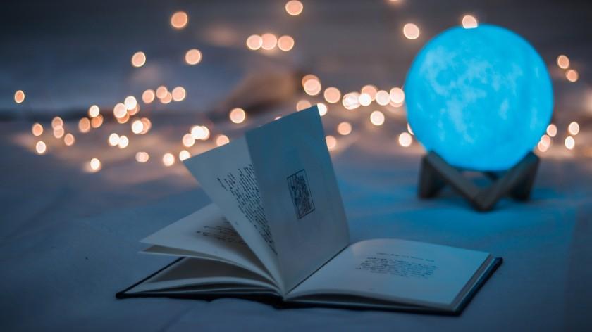 暗い部屋のおしゃれな照明と本