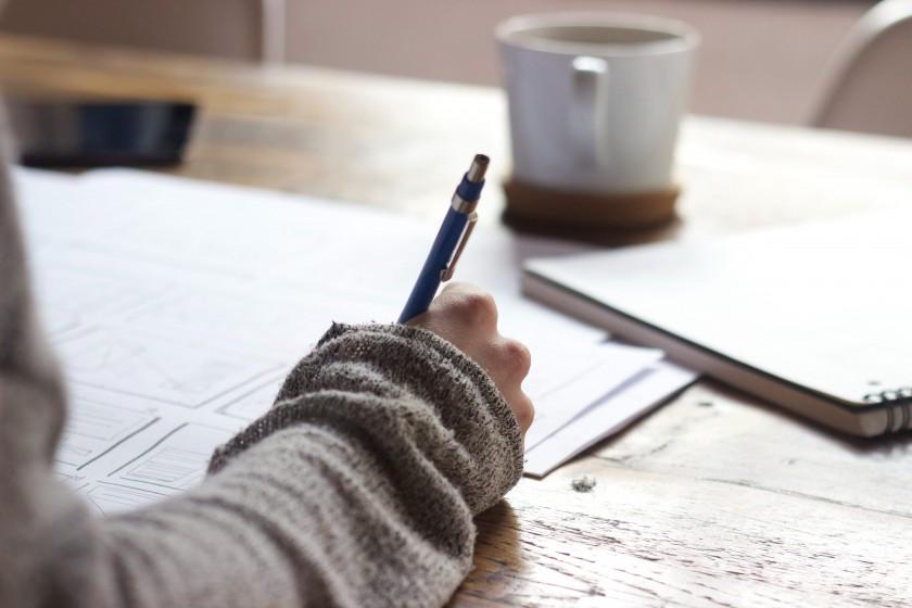ノートとペンと女性の手