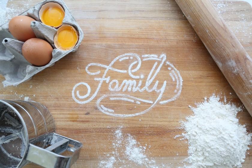 キッチンの上に小麦粉で描かれたfamilyの文字