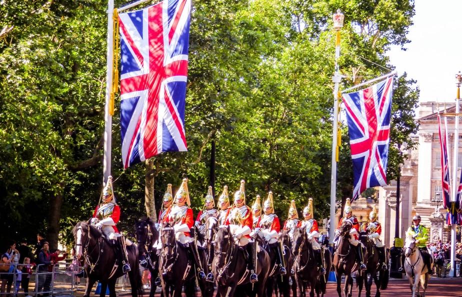イギリス国旗を掲げた騎馬隊