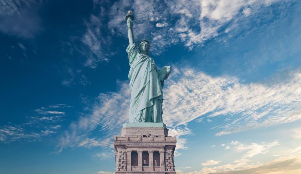 自由の女神像と青空