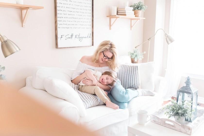ソファの上で楽しそうな笑顔を見せる海外の母子