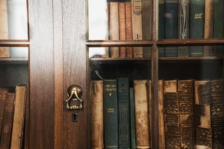 古い本棚に入った本