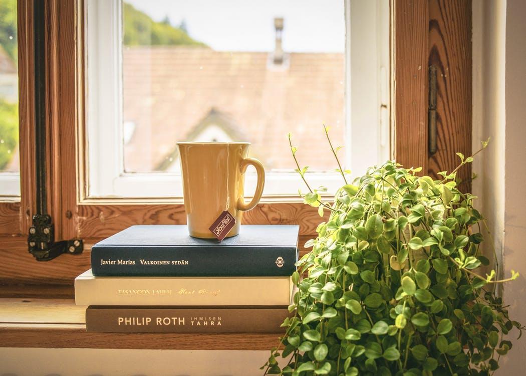 積まれた本と紅茶