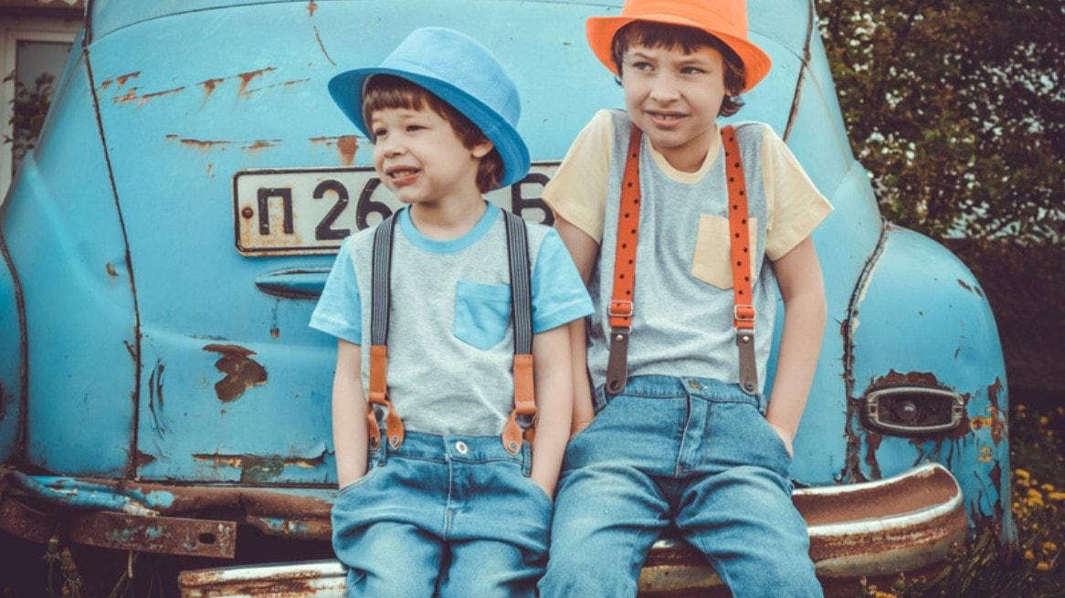 青い車の前の兄弟