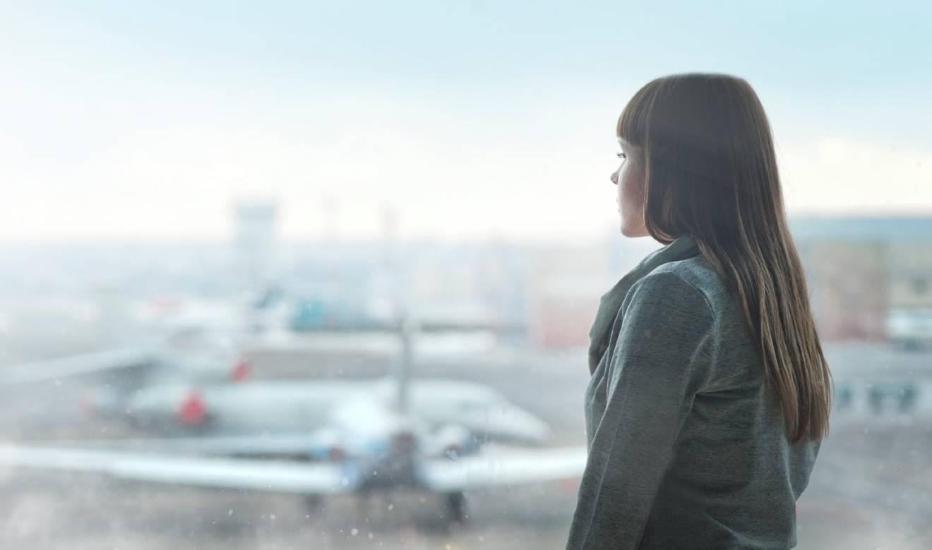 女性の横顔と飛行機