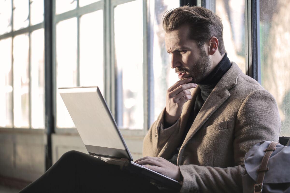 ノートパソコンを見る海外の男性