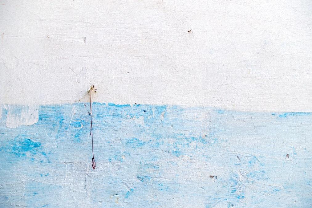 白と水色に塗られた壁