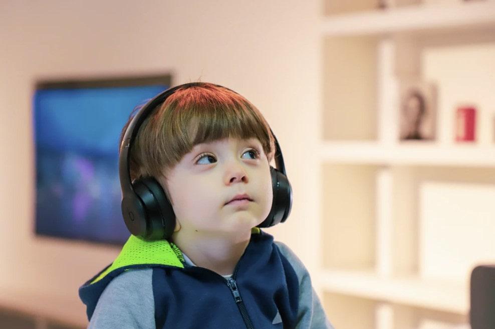 ヘッドセットを付けてオンライン英会話をする子供
