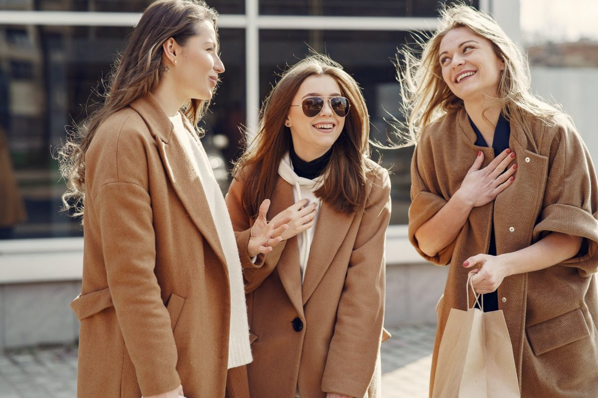 笑い合う英語ネイティブの外国人女性3人