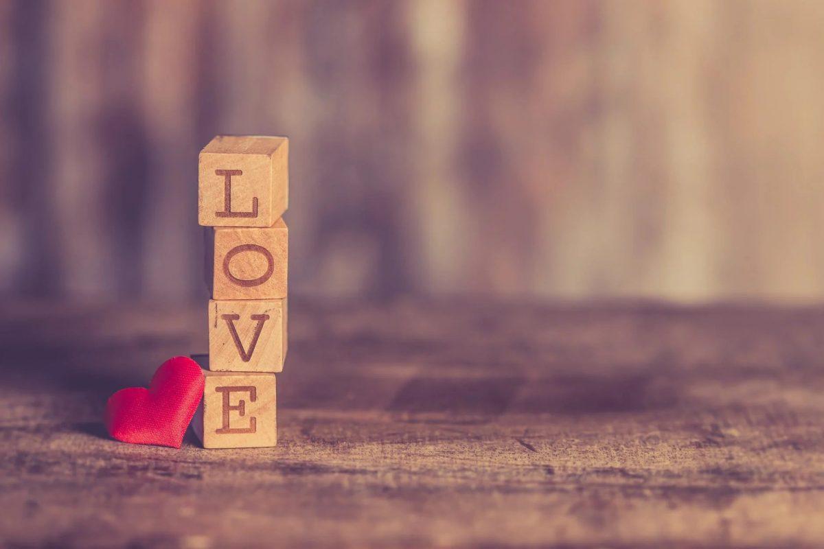 「LOVE」の文字の積み木