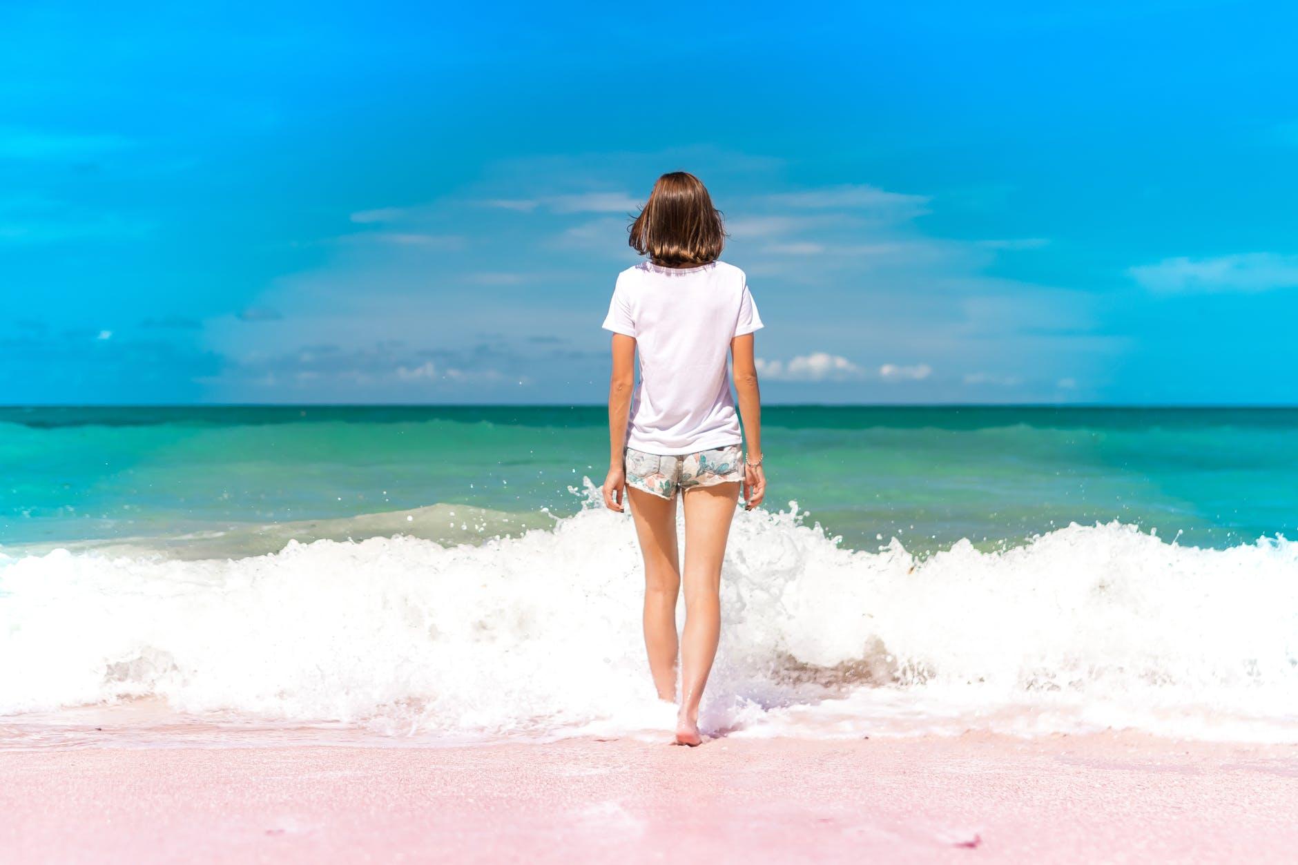ビーチに立つ外国人女性の後ろ姿