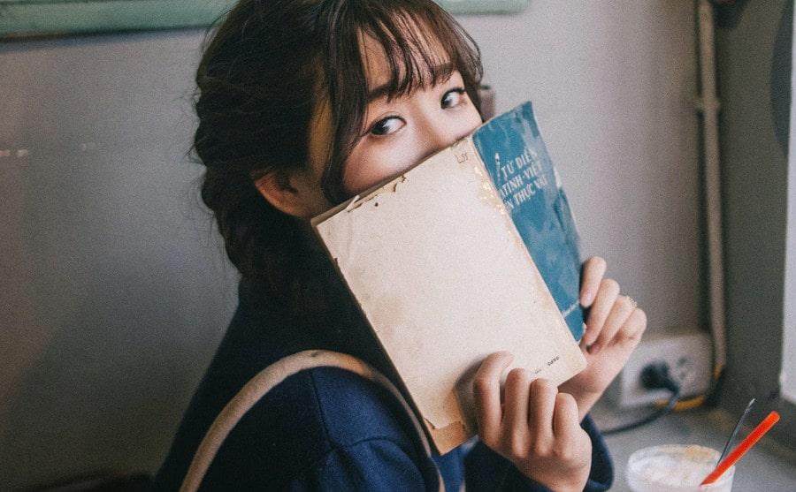 英語の本を持った日本人の女の子