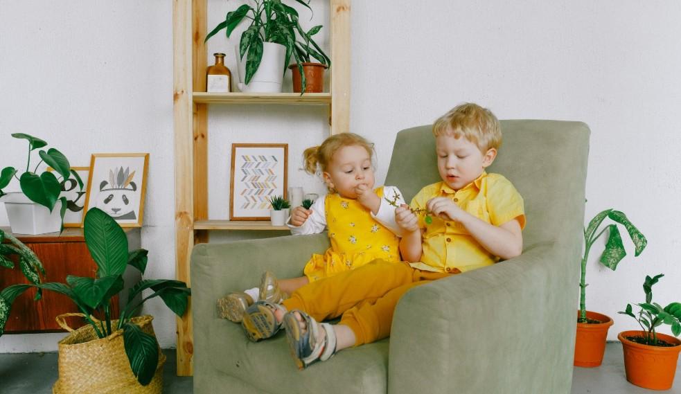 黄色い服を着た外国人の子供兄妹