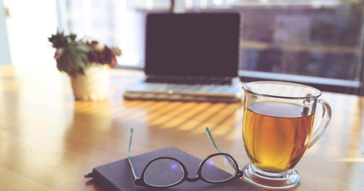 ノートパソコンとお茶